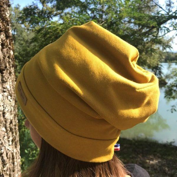 Bonnet jaune moutarde de dos