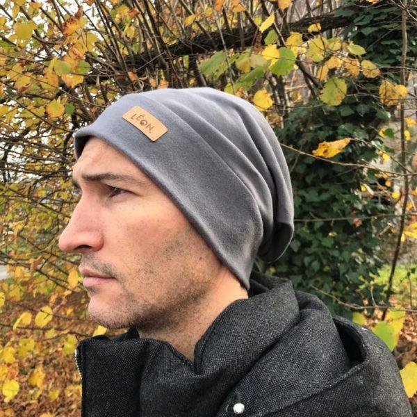 Bonnet gris sur homme de face