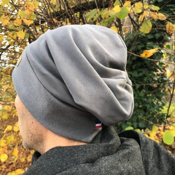 Bonnet gris sur homme de dos
