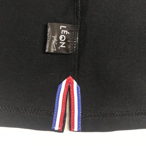 Polo noir détail intérieur fente