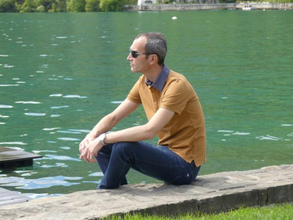 Polo camel au lac