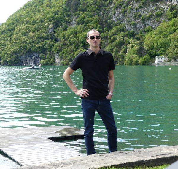 Polo noir au lac
