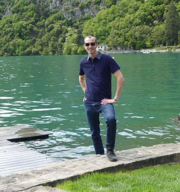 Polo bleu au lac