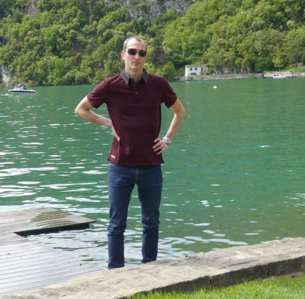 Polo bordeaux au lac